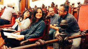 Els regidors d'ERC-MES i la CUP conversant al Ple de Terrassa