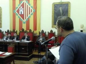 El regidor Carles Caballero durant la seva intervenció respecte la gestió de  l'aigua