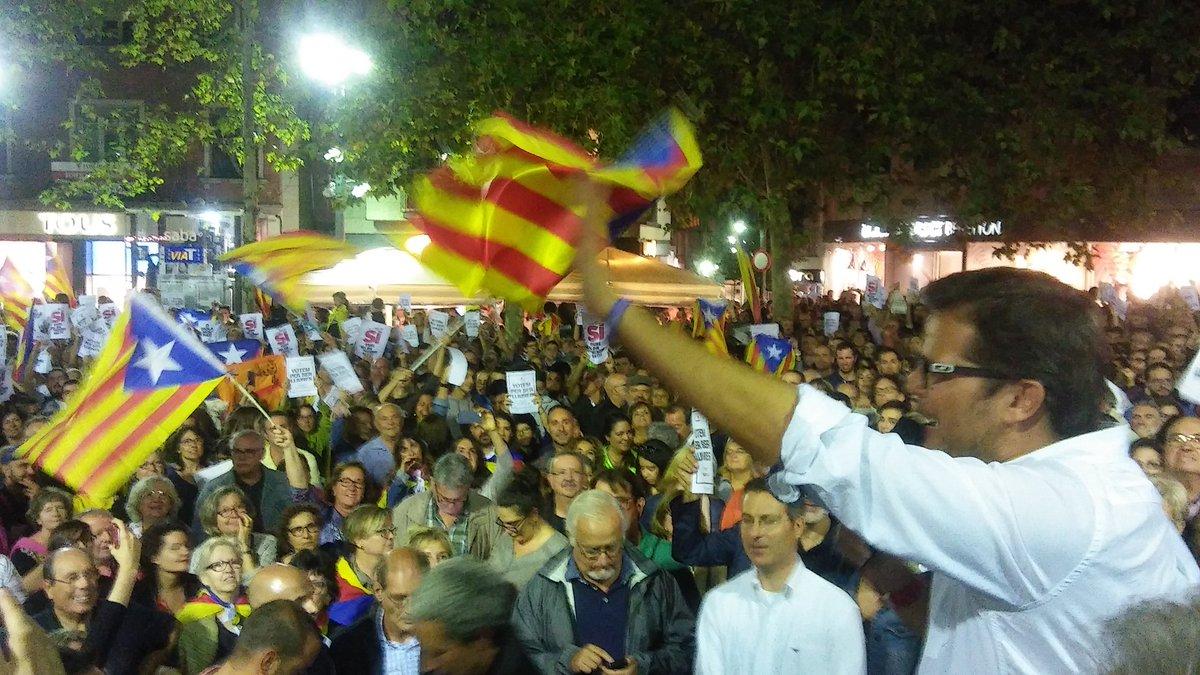 La plaça Vella es va omplir de gom a gom a l'acte unitari en defensa de les institucions catalanes i la democràcia