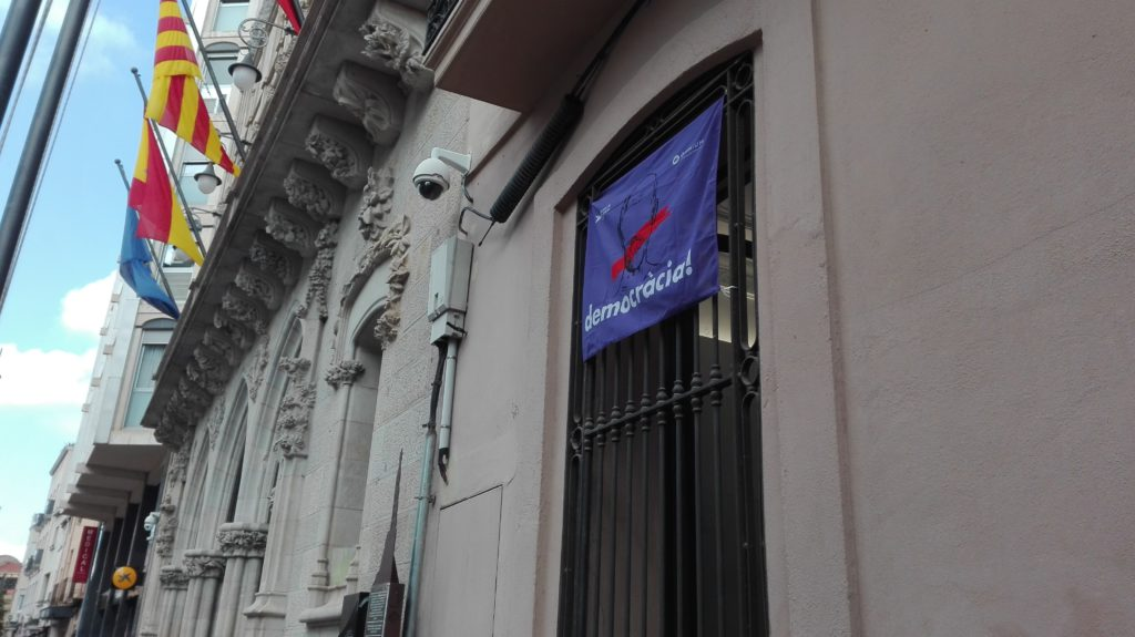 Bandera penjada a la finestra del grup municipal d'ERC-MES