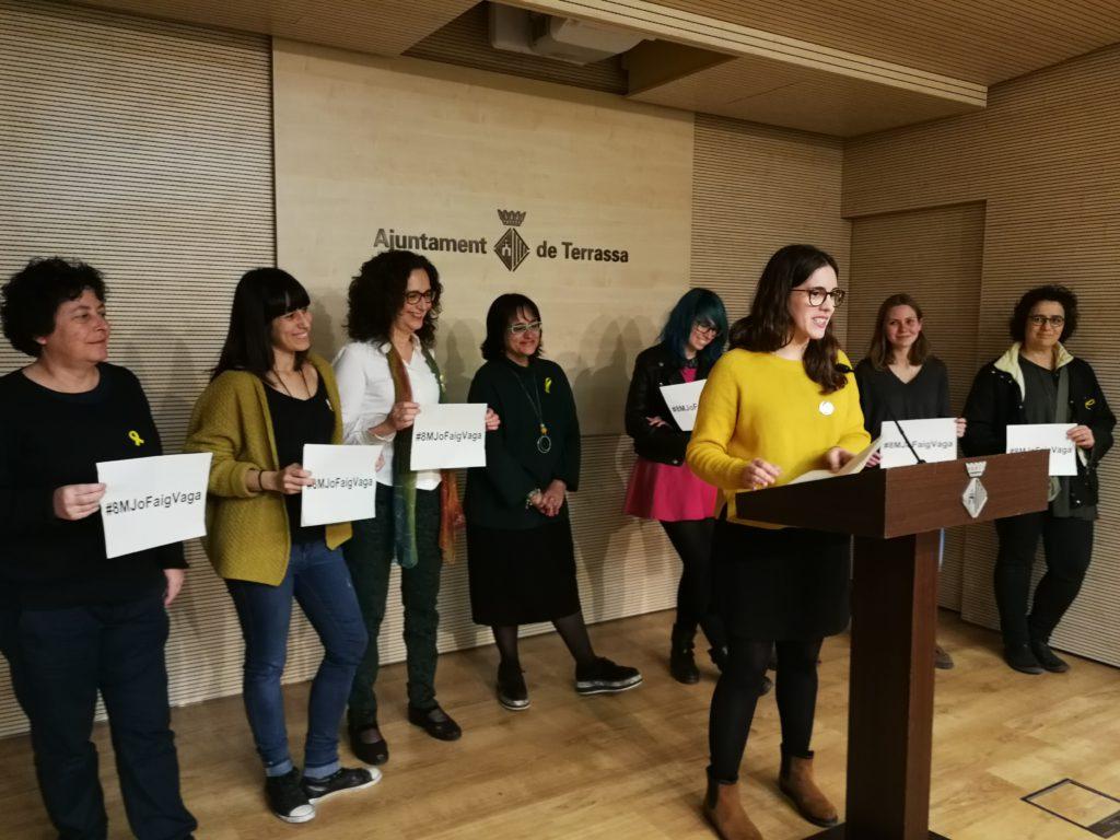 Representants de l'Assemblea de Dones cridant a la mobilització el 8 de març