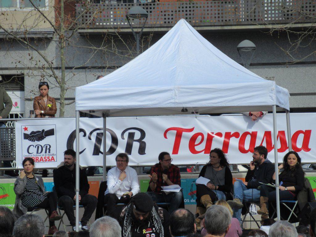 Foto de l'Àgora veïnal organitzada pel CDR Terrassa Nord amb la participació de Gabriel Rufián i altres destacats dirigents polítics