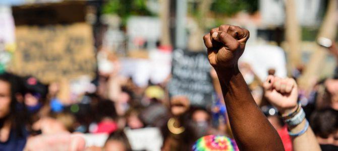 Racisme: res ens cau tan lluny